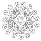 Keltisk Mandala med fnurenprydnaden och växt av släktet Trifolium av 4 blad Royaltyfri Bild
