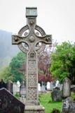 Keltiskt kors i en cementery på Glendalough Irland arkivbilder