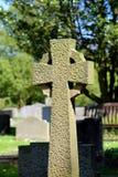 Keltiskt kors i en kyrkogård Fotografering för Bildbyråer