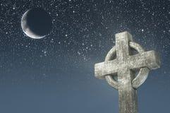 Keltiskt kors och måne i bakgrund för natthimmel Beståndsdelar av denna avbildar möblerat av NASA Royaltyfri Foto