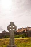 Keltiskt kors på en kyrkogård Arkivfoto