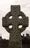 Keltiskt kors på en kyrkogård Arkivfoton