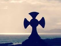 Keltiskt kors som förbiser havet Arkivbilder