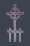 Keltiskt trä snidit kors som isoleras på bakgrund för mörk färg Arkivbild