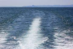 Kelvin-Spurmuster, kilwater hinter dem Segelschiff, See Garda, Italien lizenzfreie stockbilder