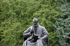 Kelvingrove-Park, Glasgow, Schottland, Vereinigtes K?nigreich, im September 2013, die Statue und das Denkmal zu Lord Kelvin lizenzfreies stockfoto