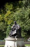 Kelvingrove-Park, Glasgow, Schottland, Vereinigtes K?nigreich, im September 2013, die Statue und das Denkmal zu Lord Kelvin lizenzfreie stockfotografie
