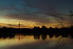 KEMA toren avec un coucher du soleil et un ciel bleu Photo libre de droits