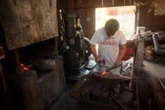 Kemaman,登嘉楼,马来西亚- 4月04 2015年做有传统方式的铁匠刀子 库存照片
