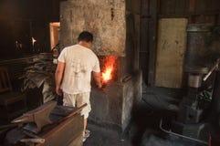 Kemaman,登嘉楼,马来西亚- 4月04 2015年做有传统方式的铁匠刀子 免版税图库摄影