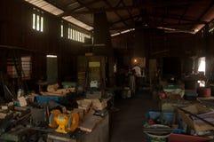 Kemaman, Terengganu, Maleisië - April 04 2015 EEN SMID DIE MES MET TRADITIONELE MANIER MAKEN Stock Afbeelding