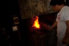 Kemaman, Terengganu Malezja, Kwiecień, - 04 2015 BLACKSMITH ROBI nożowi Z TRADYCYJNYM sposobem Obraz Stock