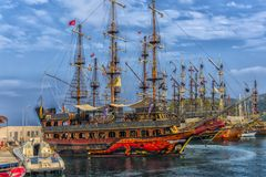 KEMER, ΤΟΥΡΚΊΑ - 11.08.2017 σκάφη πειρατών τουριστών στο λιμένα του Κ Στοκ φωτογραφία με δικαίωμα ελεύθερης χρήσης