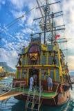 KEMER, ΤΟΥΡΚΊΑ - 11.08.2017 σκάφη πειρατών τουριστών στο λιμένα του Κ Στοκ Εικόνα