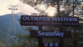 Kemer, το Μάιο του 2017: πινακίδα Olympos Teleferik, θάλασσα στον ουρανό, τελεφερίκ στο βουνό Tahtali, ύψος 2365, ηλιοβασίλεμα απόθεμα βίντεο
