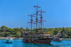KEMER, ТУРЦИЯ - 11,08,2017 туристских пиратских кораблей в порте k Стоковое Фото