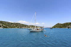 Kemer, Турция - 06 20 2015 яхта около побережья Стоковые Изображения