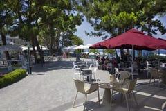 KEMER, ANTALYA, TURQUÍA - 19 DE JULIO DE 2018: Café de la calle con el umb rojo fotos de archivo