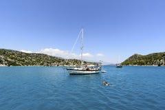 Kemer, die Türkei - 06 20 2015 Yacht nahe der Küste Stockbilder
