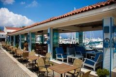 KEMER, TURCHIA - 10 MAGGIO 2011: Caffè di estate vicino al porticciolo degli yacht fotografie stock libere da diritti