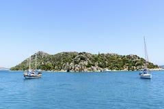 Kemer, Turcja - 06 20 2015 jacht blisko wybrzeża Zdjęcia Royalty Free