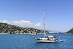 Kemer, Turcja - 06 20 2015 jacht blisko wybrzeża Obrazy Royalty Free