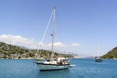 Kemer, Turcja - 06 20 2015 jacht blisko wybrzeża Obraz Stock