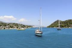 Kemer, Turcja - 06 20 2015 jacht blisko wybrzeża Obraz Royalty Free