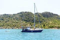 Kemer, Turcja - 06 20 2015 jacht blisko wybrzeża Zdjęcie Royalty Free