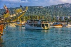 KEMER, TURCJA - 11,08,2017 Turystycznych piratów statków w porcie K Obraz Royalty Free