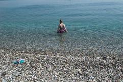 KEMER, TURKEY-MAY 07, 2018: dziewczyna iść morze Zdjęcia Stock