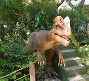 Kemer; Turkiet-Augusti 14; 2017: Behandla som ett barn mekaniska gunga-dinosaurier I Royaltyfri Foto