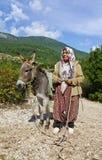 Turkisk lantlig kvinna i traditionell klänning Royaltyfri Bild