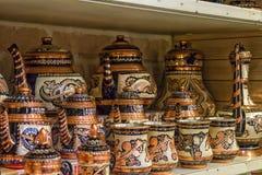 KEMER, TURQUIA - 4 DE OUTUBRO DE 2017: Jarros e copos em uma loja velha do bazar de Kemer foto de stock