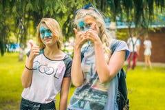 Kemerovo, Russia, il 24 giugno 2018: Due ragazze hanno dipinto la polvere colorata dopo il festival di holi dei colori immagini stock libere da diritti