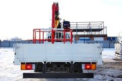 KEMEROVO, RUSSIA - 14 MAGGIO 2015: grande gru del camion che sta su un cantiere Immagine Stock
