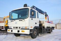 KEMEROVO, RUSSIA - 14 MAGGIO 2015: grande gru del camion che sta su un cantiere Fotografie Stock Libere da Diritti