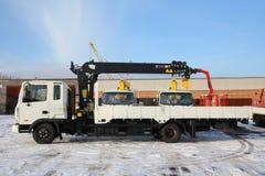 KEMEROVO RYSSLAND - MAJ 14, 2015: stort lastbilkrananseende på en konstruktionsplats Arkivfoto