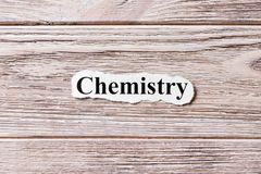 Kemi av ordet på papper Begrepp Ord av kemi på en träbakgrund royaltyfria bilder