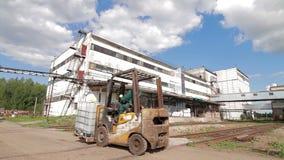 Kemi för laddartransportbehållare i fabrik stock video