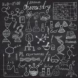 Kemi och uppsättning för symboler för sciensebeståndsdelklotter Den drog handen skissar med mikroskopet, formler, experimentequpm Royaltyfri Fotografi