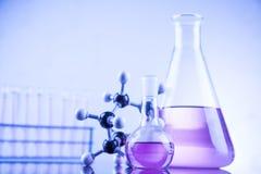 Kemikalie, vetenskap och bakgrund för laboratoriumglasföremål Royaltyfri Bild