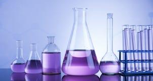 Kemikalie, vetenskap och bakgrund för laboratoriumglasföremål Arkivbilder
