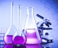 Kemikalie, vetenskap och bakgrund för laboratoriumglasföremål Arkivfoton