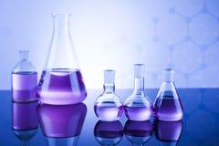 Kemikalie, vetenskap och bakgrund för laboratoriumglasföremål Royaltyfri Fotografi