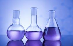 Kemikalie, vetenskap och bakgrund för laboratoriumglasföremål Arkivbild