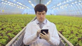 Kemikalieer för kemistarbetarkontroller ställer ut giftlig biocidal rekvisita, van vid kontrollplågasjukdomar av växter lager videofilmer