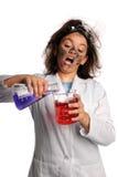 kemikalieer som blandar scientisctbarn arkivfoton
