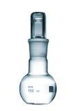 Kemikalielägenheten bottnade flaskan med en glass propp som isolerades på wh Fotografering för Bildbyråer