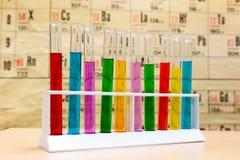 Kemiprovrör med olika kulöra flytande Arkivbild